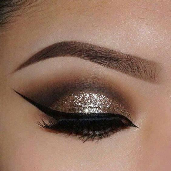 красиви очи с грим в златисто