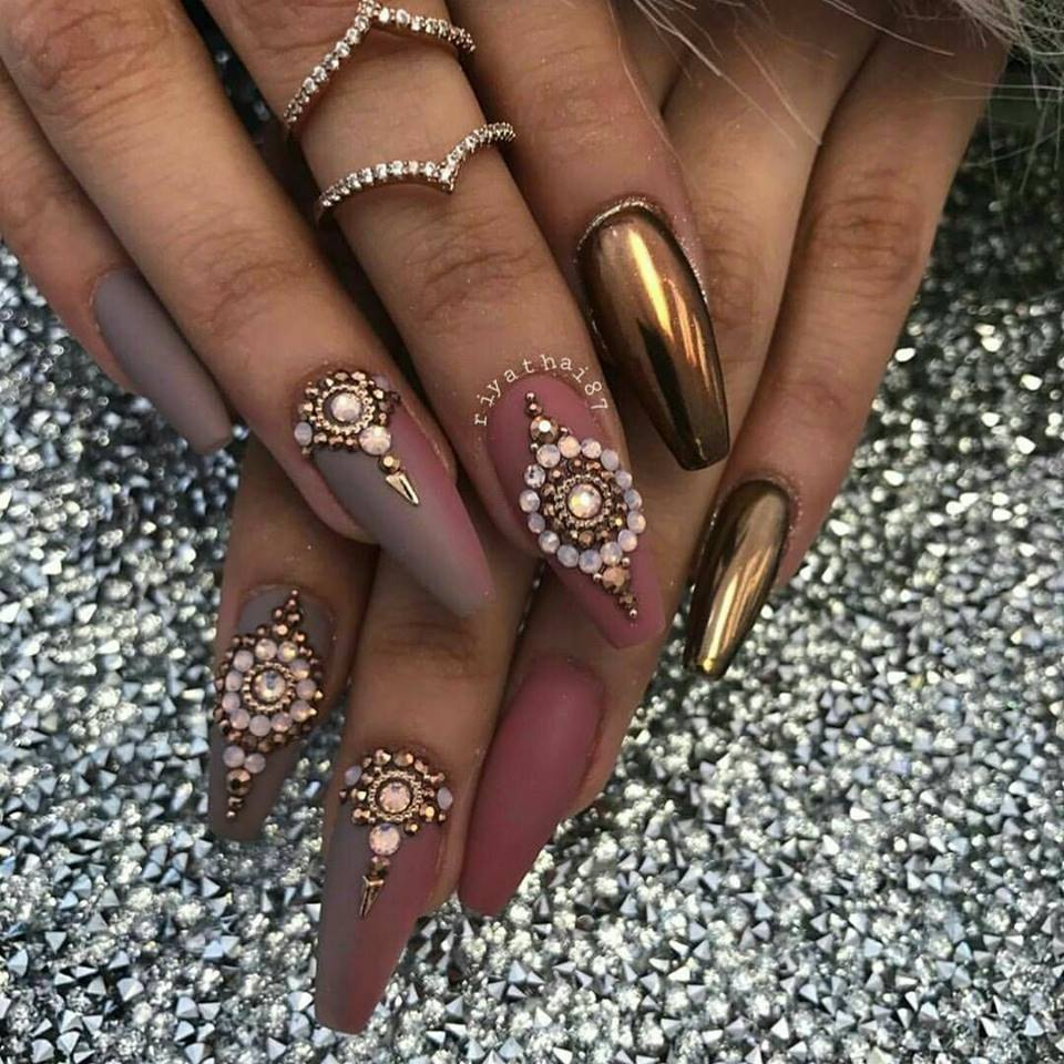 маникюр с диаманти пастелно бежово