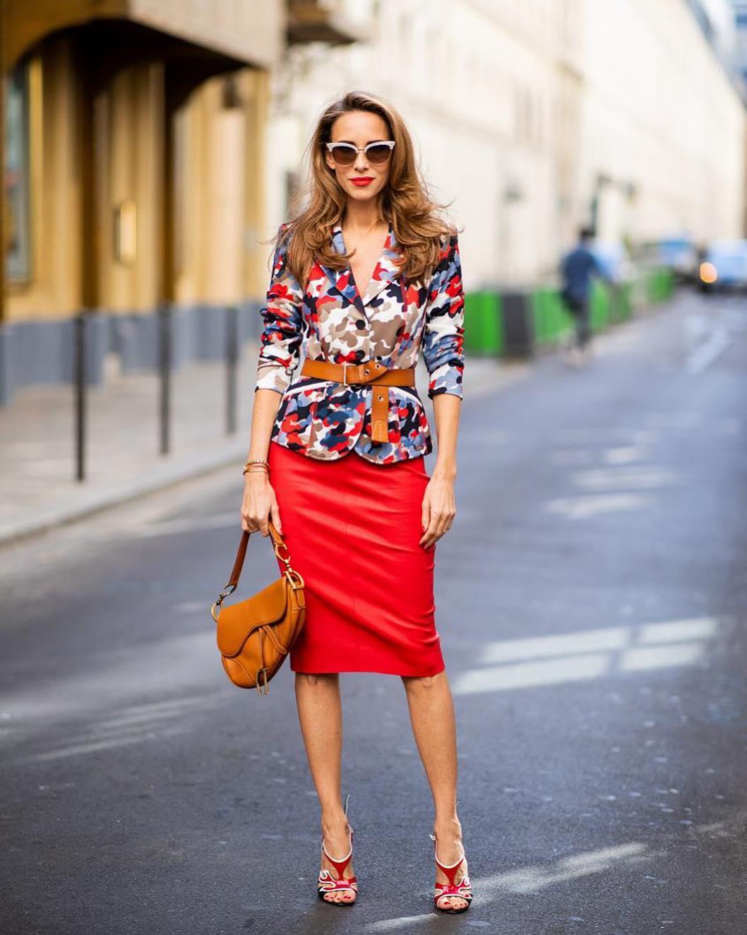 червена пола в съчетание със сако със щампи