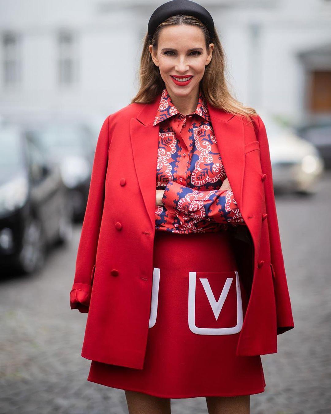 червена пола съчетана с риза със щампа