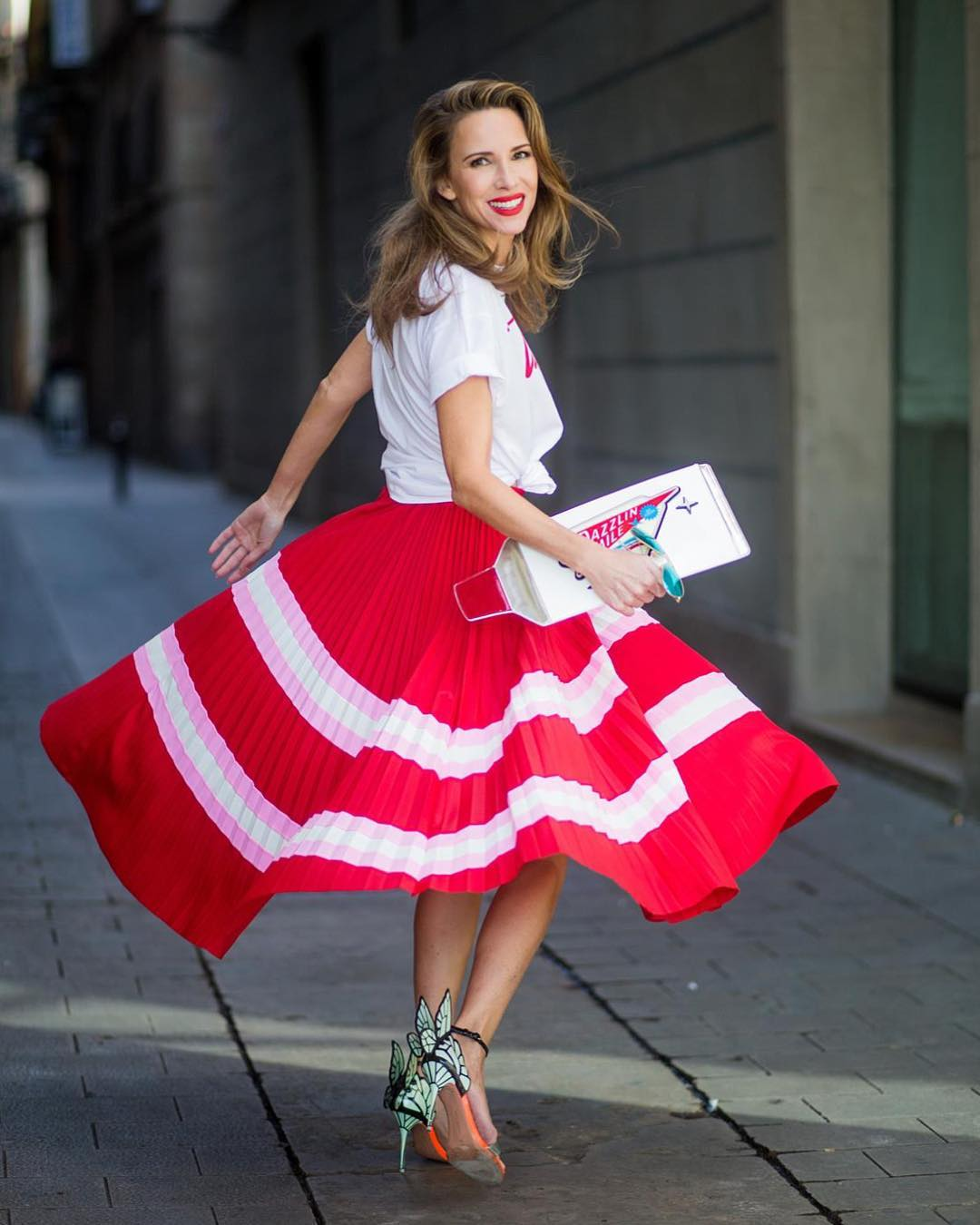 червена плисирана пола