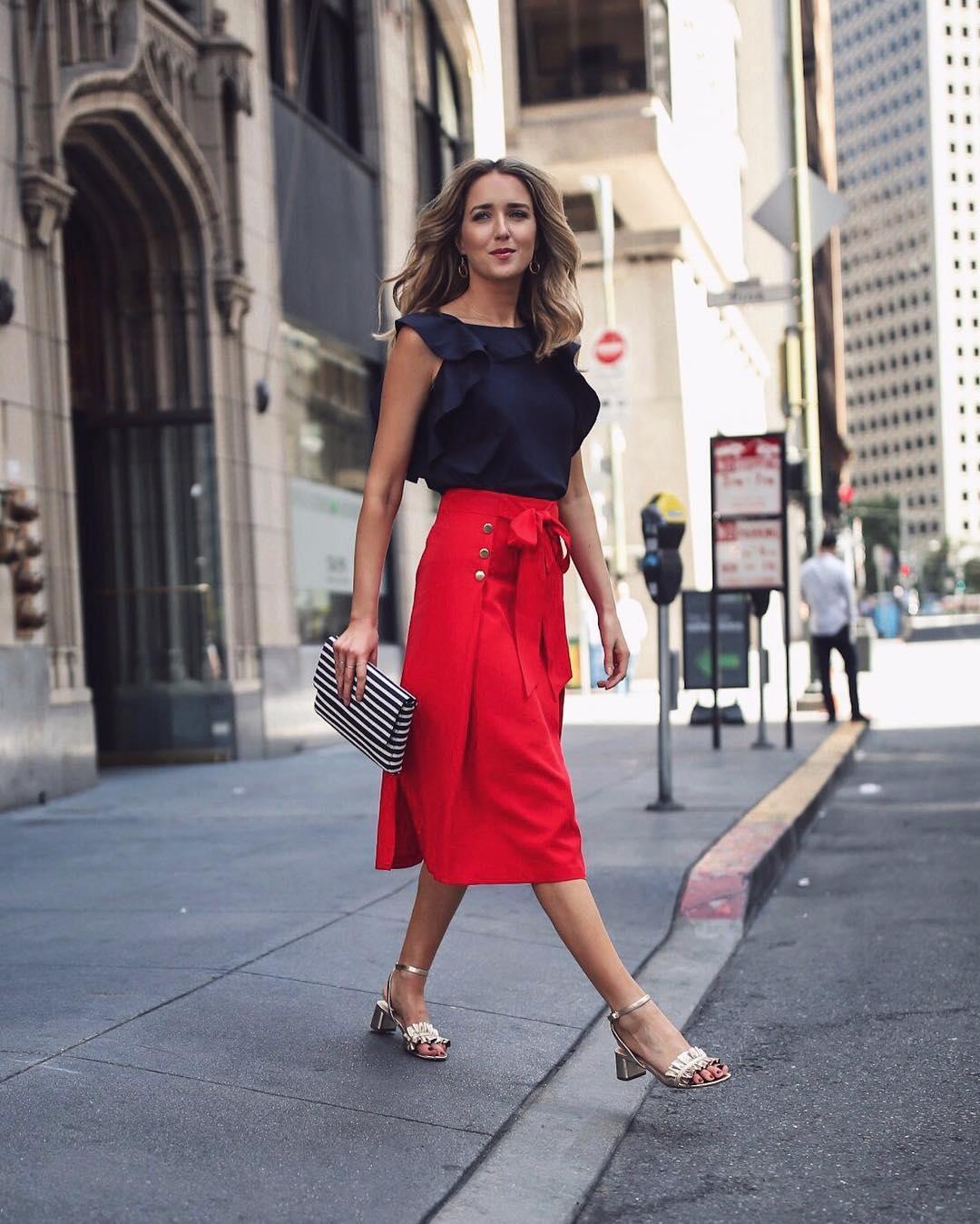червена пола с тъмносиня блуза