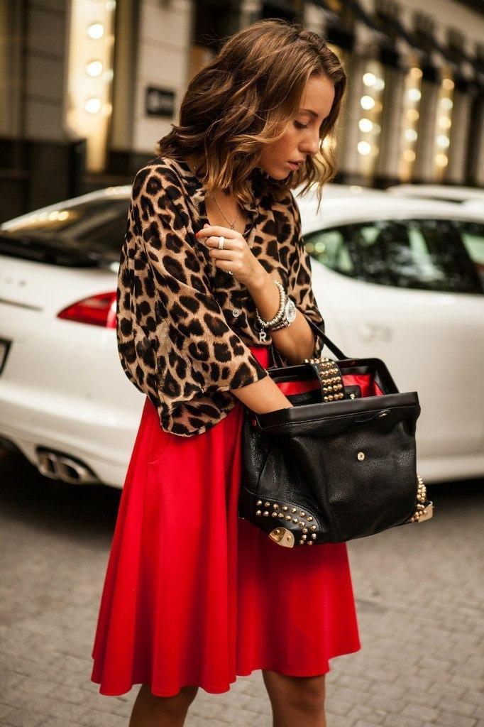 червена пола в комбинация с блуза с леопардова щампа