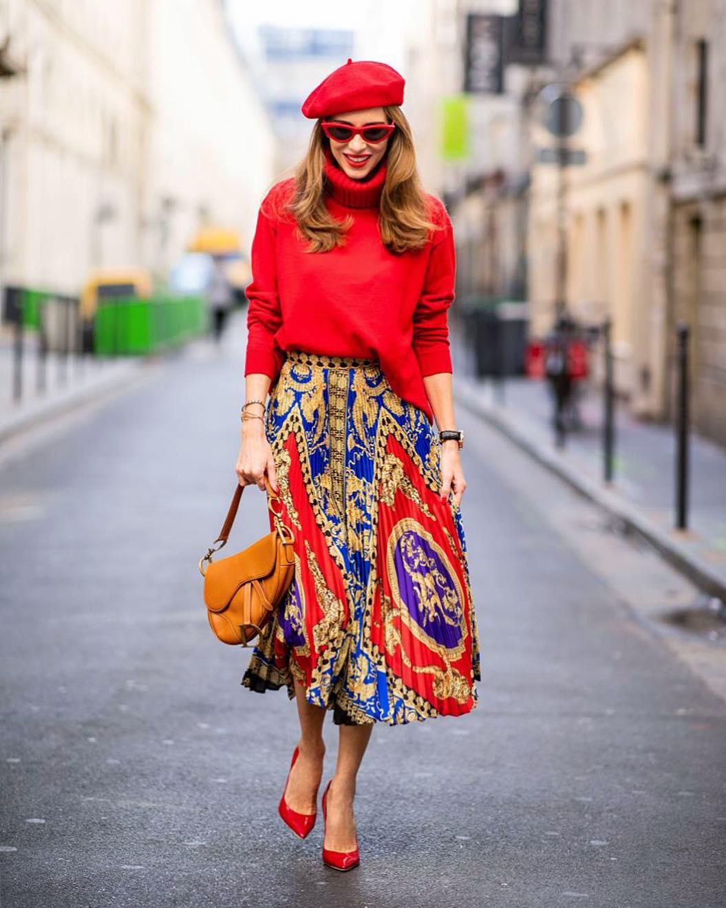 червена пола със щампа