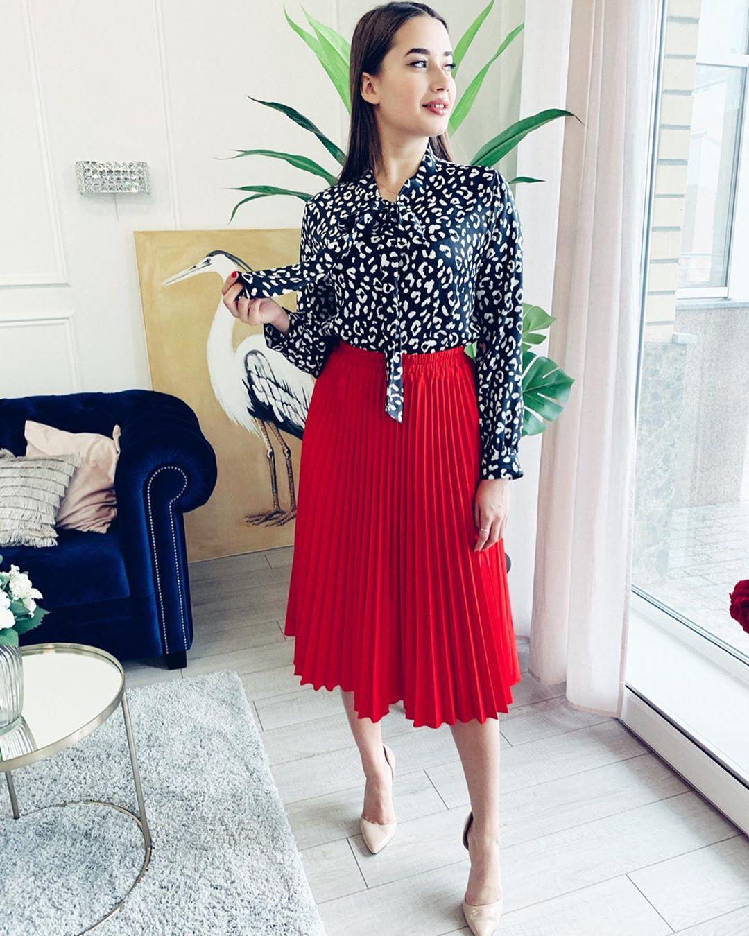 червена плисирана пола в съчетание с блуза с леопардова щампа
