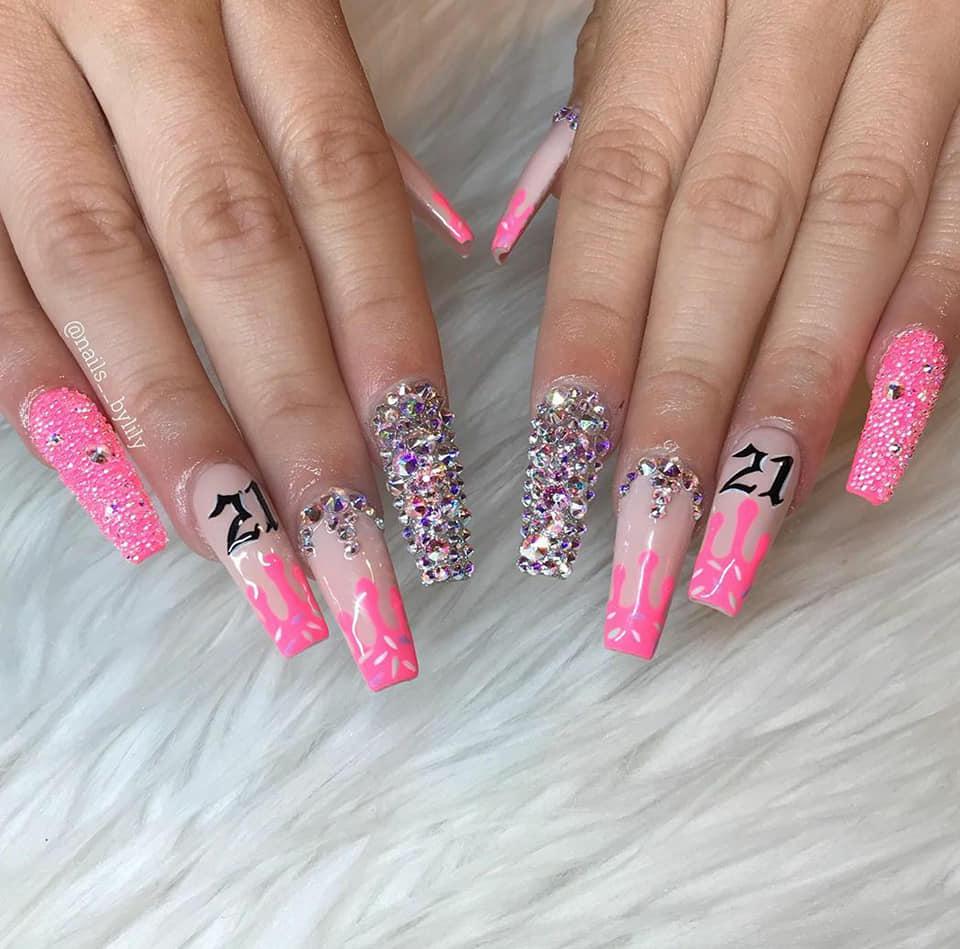 розови нокти с блестящи диаманти