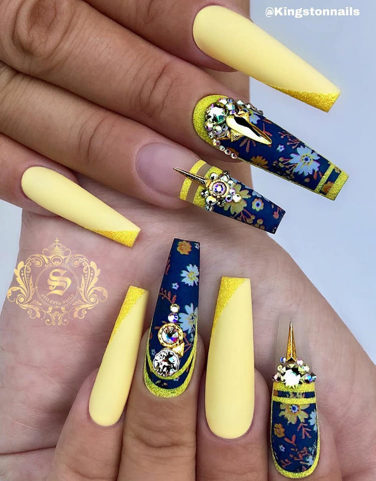жълт маникюр с геометрични фигури и диаманти