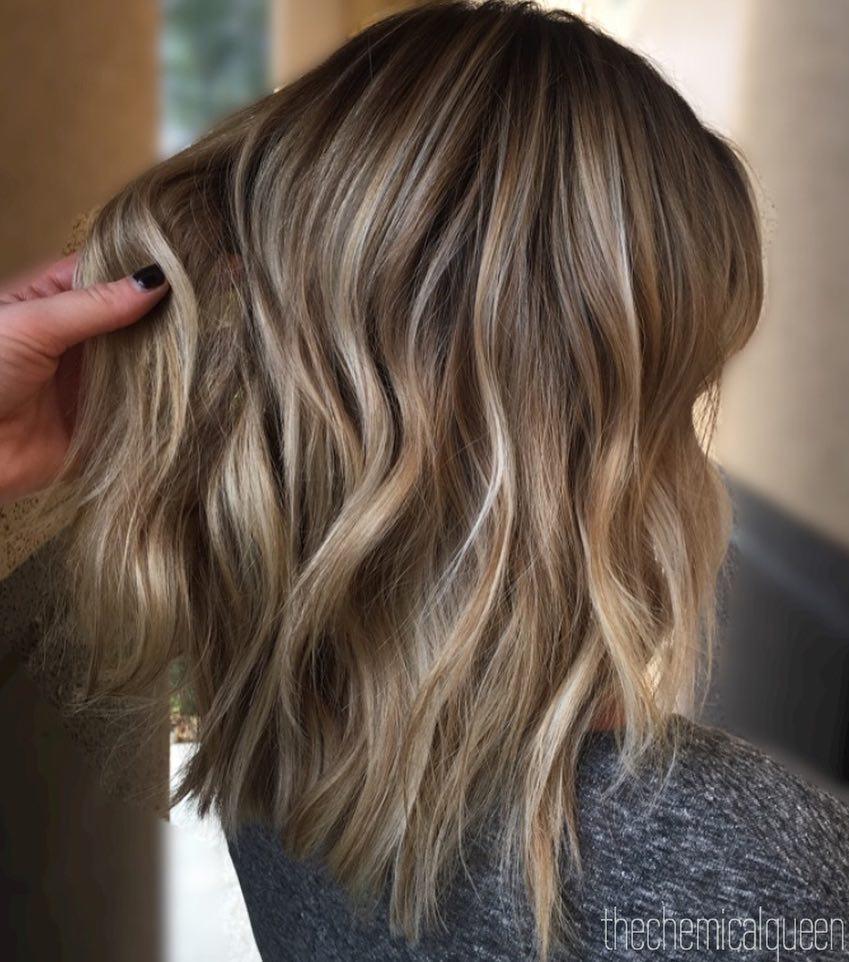 модерна етажирана прическа за средно дълга коса