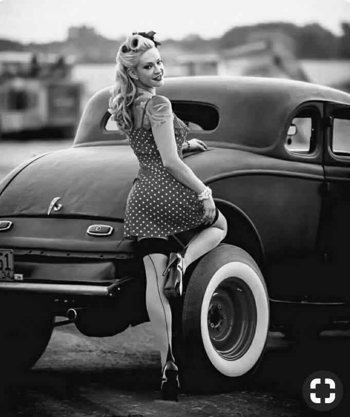 рокля и прическа в ретро стил винтидж