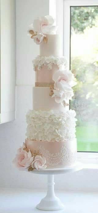 бяла сватбена торта с бели рози
