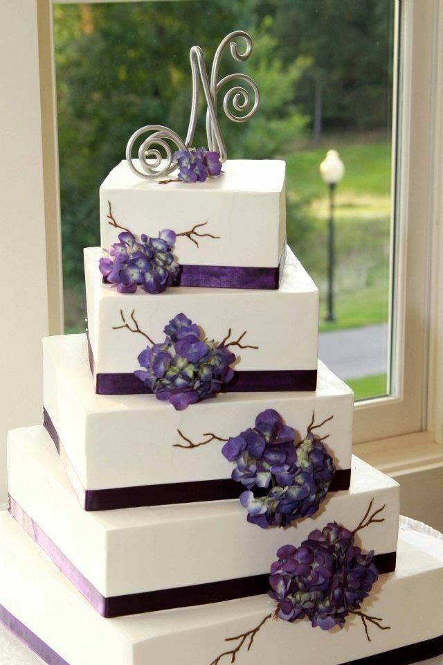 многоетажна сватбена торта с лилави цветя